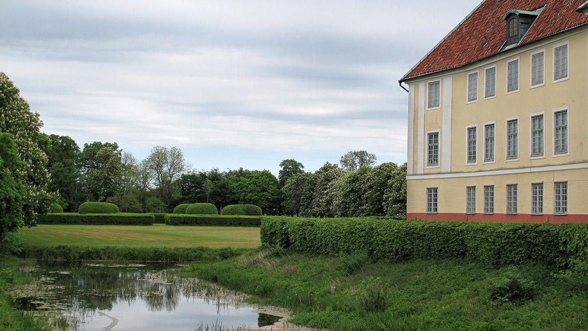 Vy över Krageholms västra flygel med trädgården i bakgrunden.
