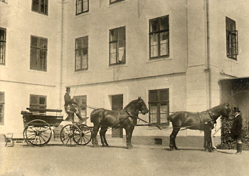 Ekipage med kusken Nils Christensson 1919. Hästarna heter Favorit, Strix, Polis och Kasper