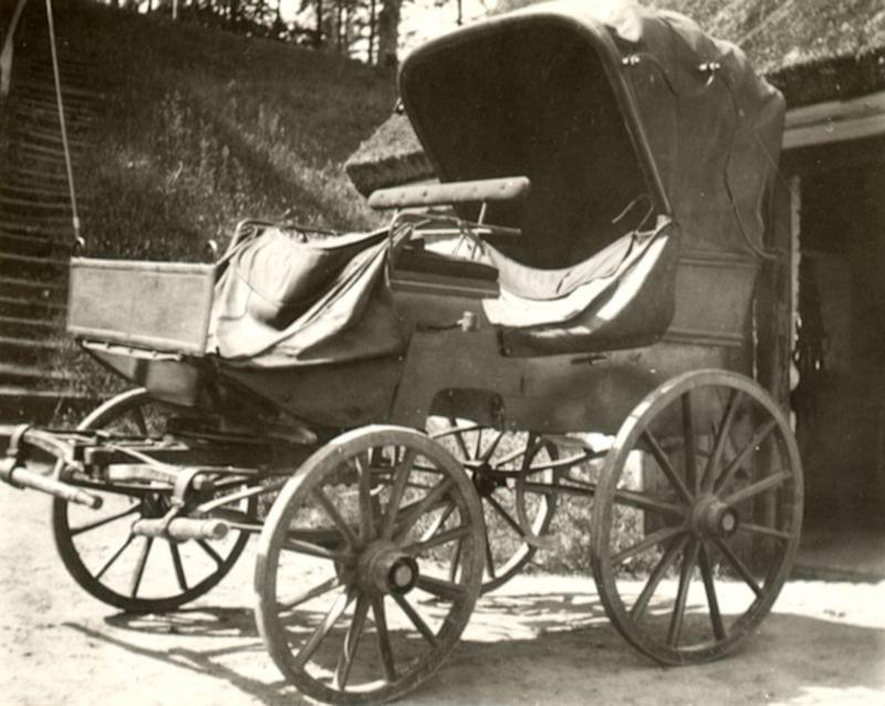 En öppen vagn, en phaeton, står på en plan framför en hög trappa på Christinehof