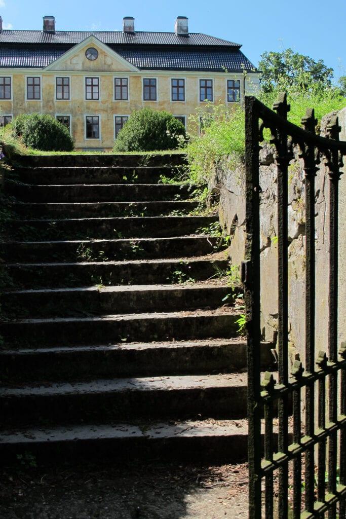 En trappa från den nedre terrassen leder ner till sjön och den omgivande naturen.