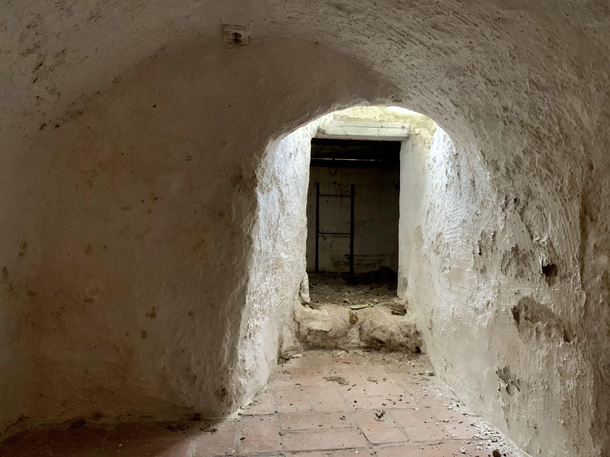 Lönngångens början i slottets källare.