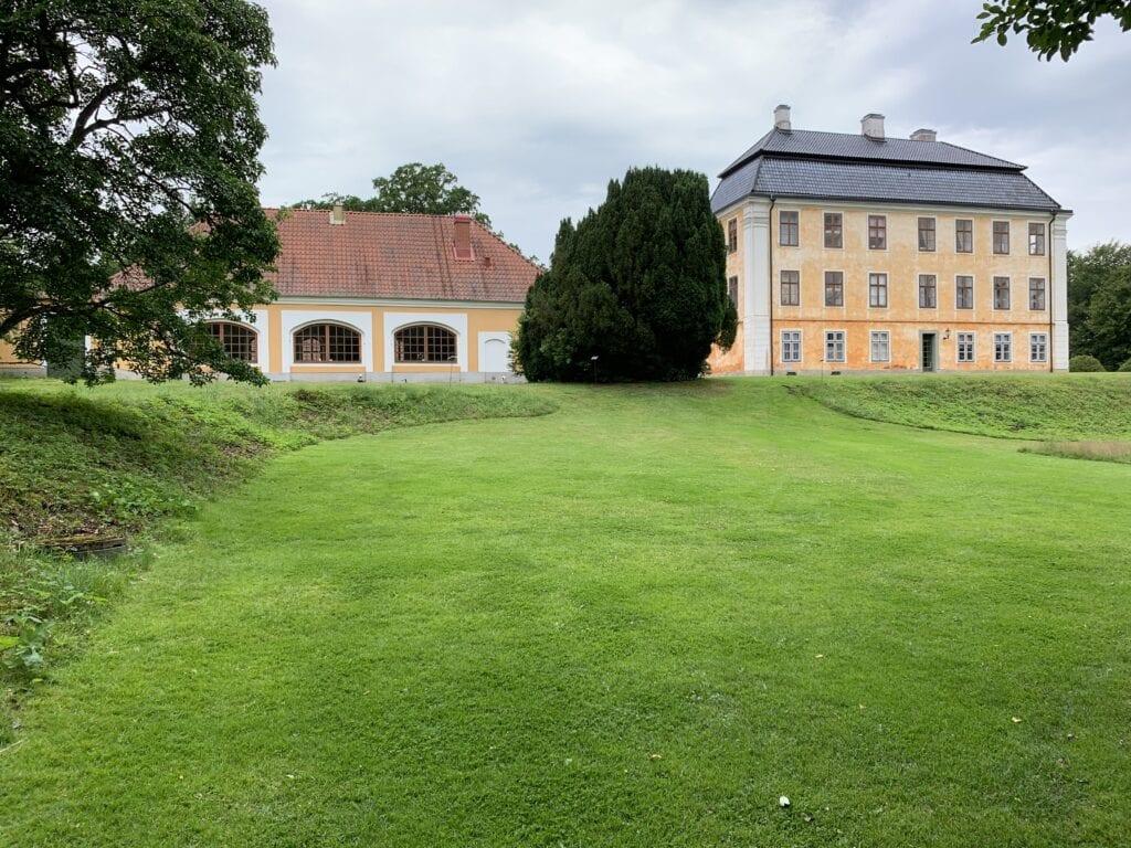 På gräsplanen låg den gamla trädgårdsmästarbostaden. I bakgrunden vagnslidret och slottets östra sida.