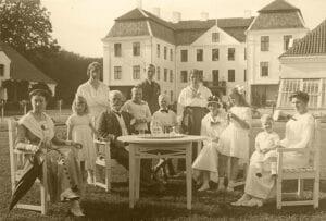 Sommarnöjet Christinehof 1908. Växthusen syns i bakgrunden till höger