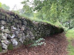 Manshöga stenmuren kring terrasserna
