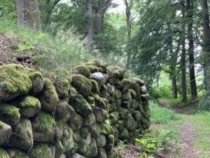 stenmuren kring terrasserna
