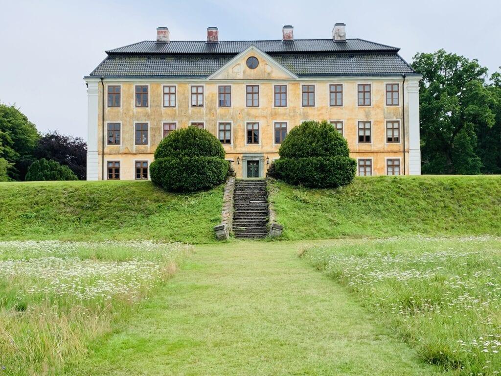Vy längs siktlinjen på slottets norra sida