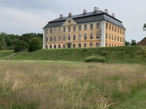 Vy över slottets norra sida från nedre terrassen