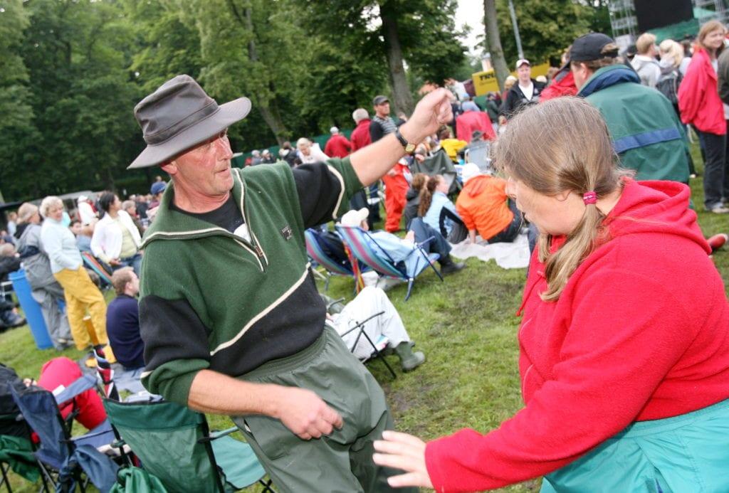 Publikbild, man i hatt 2007-07-06 Konsert med Bryan Adamas på Christinehof. Lars och Ingrid Tullhög rockade loss till förbandet The Torpedoes.