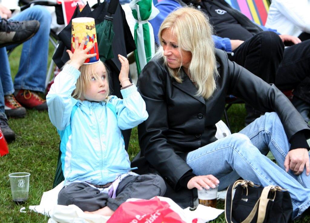 Publikbild barn med popcornhatt 2007-07-06 Foto: Bass Nilsson, YA Konsert med Bryan Adams. Ida Johansson och hennes mamma Maria hade åkt ända från Kungälv för att gå på konsert.