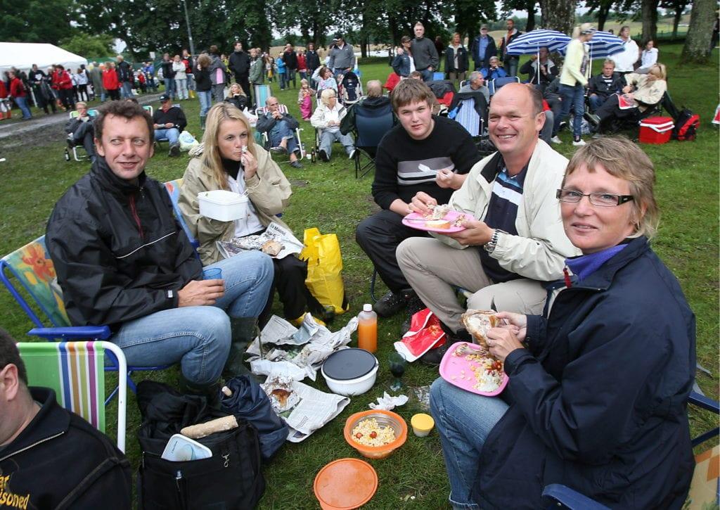 Picknick på solstolar (5 på bild) 2007-07-05 Foto: Bass Nilsson Konsert med Bryan Adams. Bogdan Dawidowicz, Pernilla Lindström picknickar med Joacim, Carl-Axel och Maria Andersson.