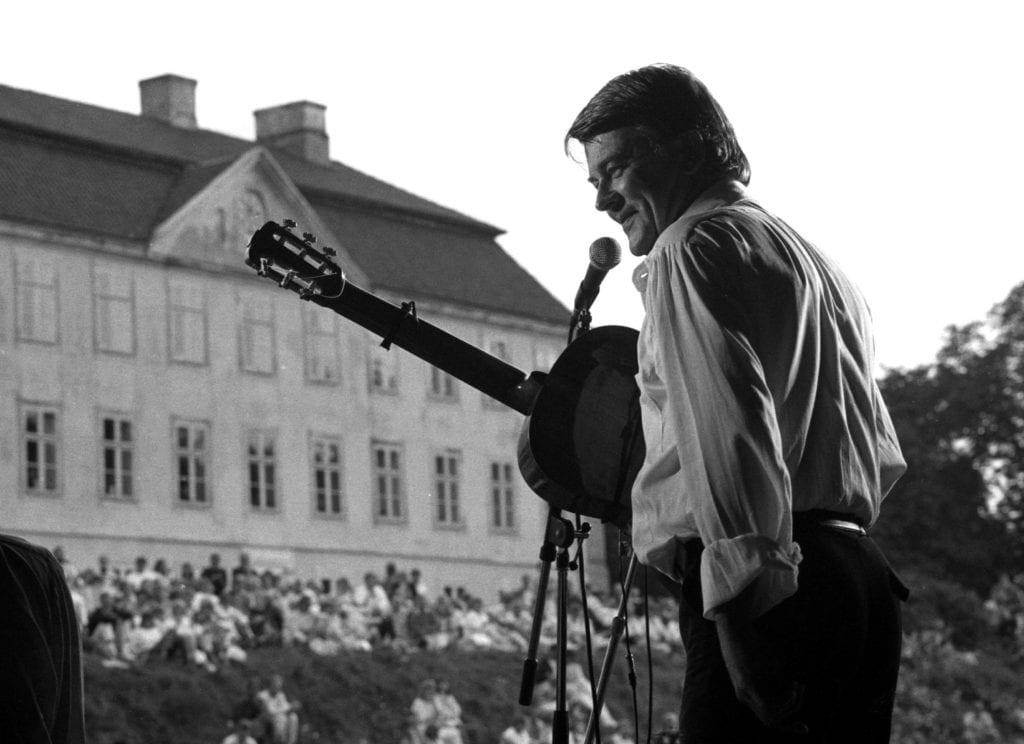 Sven-Bertil Taube uppträder på Christinehof i Skåne 18/7 1985